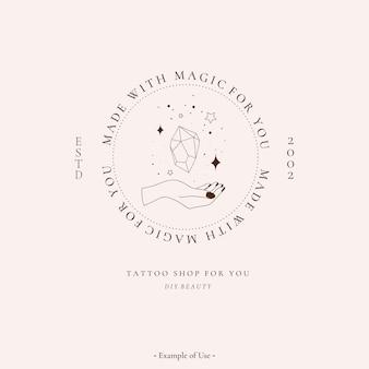 Himmlischer spiritueller alchemie esoterische mystische magische talisman mit frauenhand, edelstein, sterne heilige geometrie tattoo logo vorlage okkultismus objekt. vektorillustrationslinie kunstschwarzer umrissstil