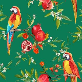 Hintergrund mit tropischen blumen, granatäpfeln und papageienvögeln