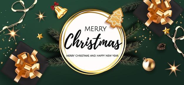 Hintergrund-weihnachtsdesign der realistischen geschenkbox mit bogen, tannenzweig, weihnachtskugeln, sternen, glocke, heller girlande, lebkuchen.