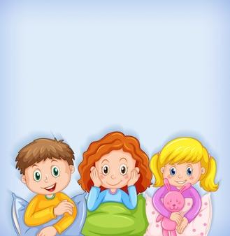 Hintergrundschablonendesign mit glücklichen kindern im pyjama
