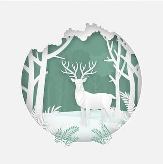 Hirsch im wald in der wintersaison. weihnachten, neujahrskarte