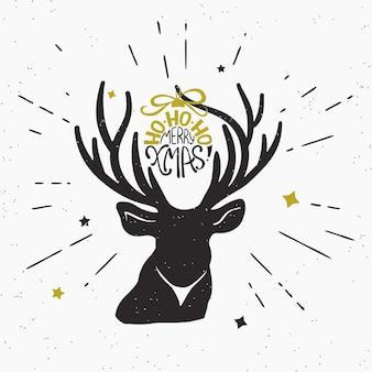 Ho-ho-ho fröhliche weihnachten mit hirschschwarz-silhouette. retro-modische illustration von vintage eingewickeltem handgeschriebenem weihnachtstext auf hirschhorn. hipster sunburst strahlen gravieren isoliert auf weißem hintergrund.