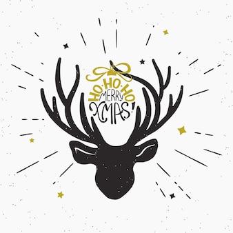 Ho-ho-ho fröhliche weihnachten mit hirschschwarzkopfsilhouette. retro-modische illustration von vintage eingewickeltem handgeschriebenem weihnachtstext auf hirschhorn. hipster sunburst strahlen gravieren isoliert auf weißem hintergrund