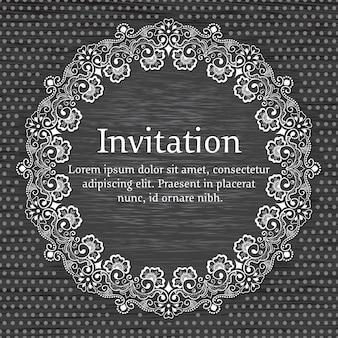 Hochzeitseinladungs- und -mitteilungskarte mit dekorativer runder spitze mit arabeskenelementen.