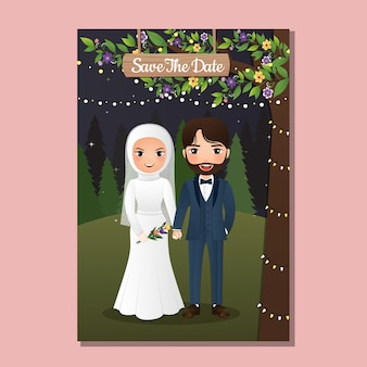 Hochzeitseinladungskarte der niedlichen muslimischen paarkarikatur der braut und des bräutigams mit dem schönen blumenhintergrund
