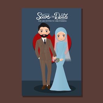 Hochzeitseinladungskarte der niedlichen muslimischen paarkarikatur der braut und des bräutigams mit rotem herzen