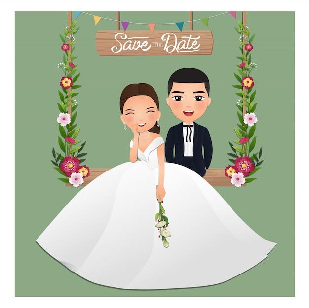 Hochzeitseinladungskarte die karikaturfigur des niedlichen paares der braut und des bräutigams, die auf schaukel sitzt, verziert mit blumen