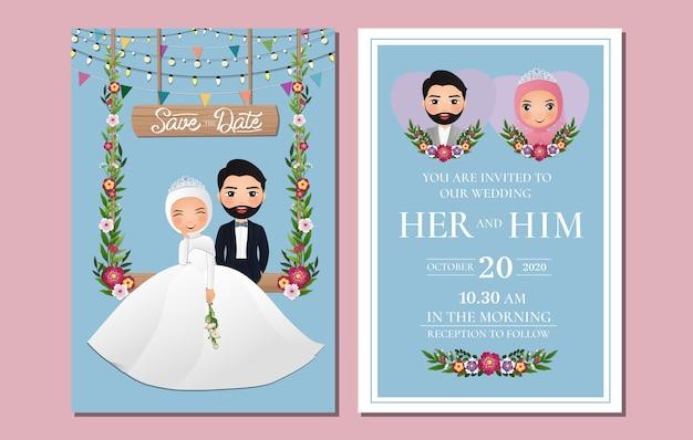 Hochzeitseinladungskarte die niedliche muslimische paarkarikaturfigur der braut und des bräutigams, die auf schaukel sitzt, verziert mit blumen
