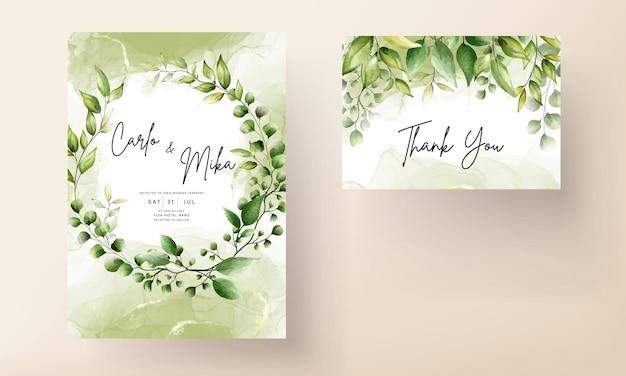 Hochzeitseinladungskartenschablone mit schönen grünen blättern im alkoholtintenhintergrund