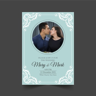 Hochzeitseinladungsschablone mit dem paar, das küsst