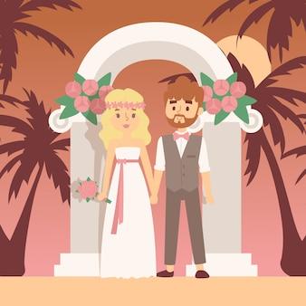Hochzeitszeremonie auf tropischer insel, illustration. romantische reise für frisch verheiratetes paar. braut und bräutigam stehen unter hochzeitsbogen am strand mit palmen