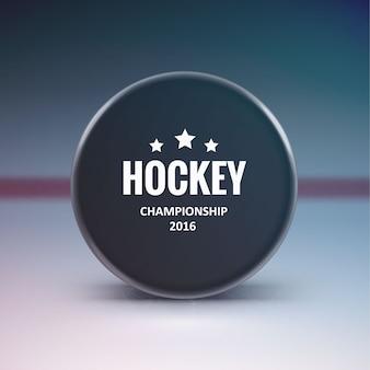 Hockey puck isoliert auf eis mit unschärfe