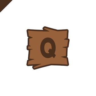Hölzerne alphabet- oder gussblöcke mit buchstaben q im hölzernen beschaffenheitsbereich mit entwurf.