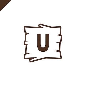 Hölzerne alphabet- oder gussblöcke mit buchstaben u im hölzernen beschaffenheitsbereich mit entwurf.