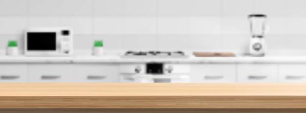 Holzarbeitsplatte auf küchenunschärfehintergrund
