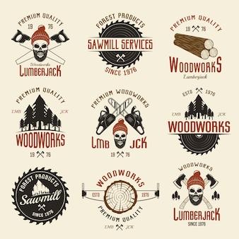 Holzfällerfarbene retro-embleme mit holz und arbeitswerkzeugen