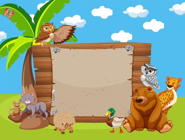 Holzschild mit niedlichen tieren im park