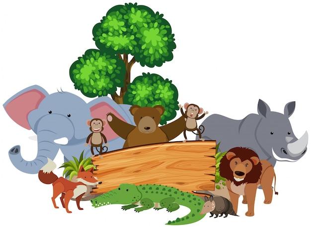 Holzschild mit vielen tieren um ihn herum