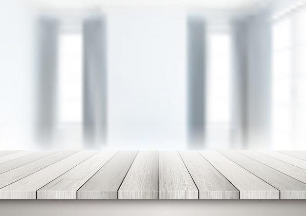 Holztisch, der heraus zu einem defocussed rauminnenraum schaut