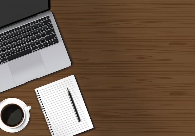 Holztischarbeitsplatz mit laptopnotizbuchstift und kaffeetasse auf braunem tabellenhintergrund