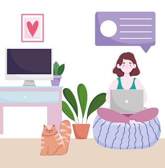 Home-office-arbeitsbereich, frau auf kissen mit laptop im raum mit katzencomputer und pflanzen.