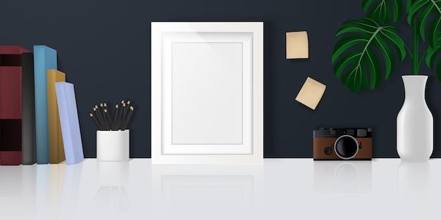 Home-office-schreibtisch, arbeitsbereich mit kopierbereich, schreibwaren, büchern, kamera und dekorationen