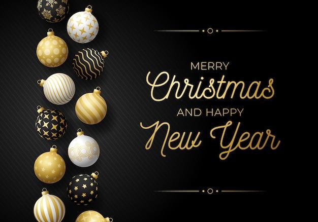 Horizontale grußkarte des luxusweihnachts und des neuen jahres mit baumspielzeuggrenze. feiertagsillustration mit realistischen verzierten schwarzen, weißen und goldenen weihnachtskugeln auf schwarzem hintergrund.