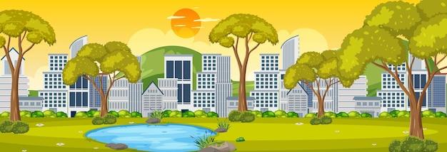 Horizontale szene des parks mit stadtbildhintergrund zur sonnenaufgangzeit
