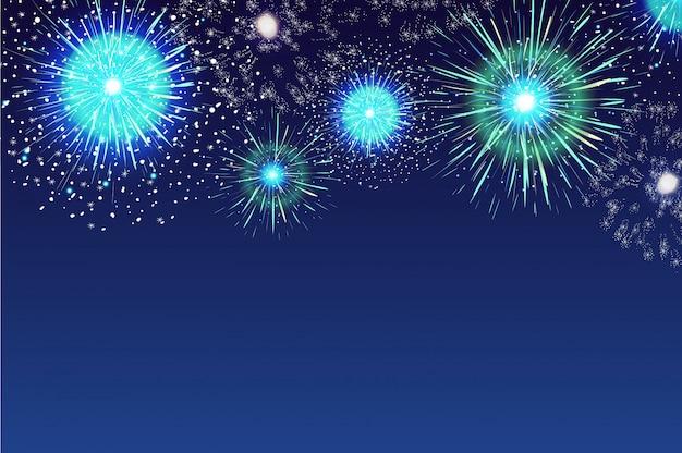 Horizontaler blauer hintergrund mit feuerwerk, das im dunklen abendhimmel anzeigt
