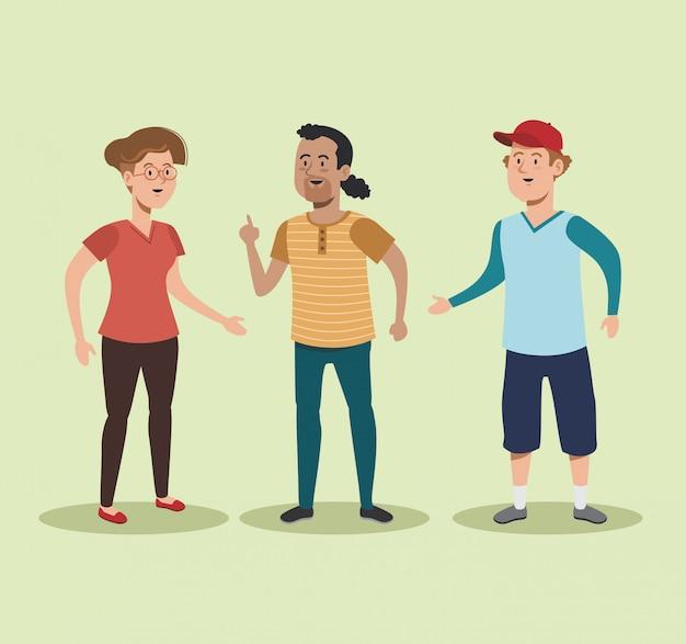 Hübsche frau und männer sprechen mit freizeitkleidung