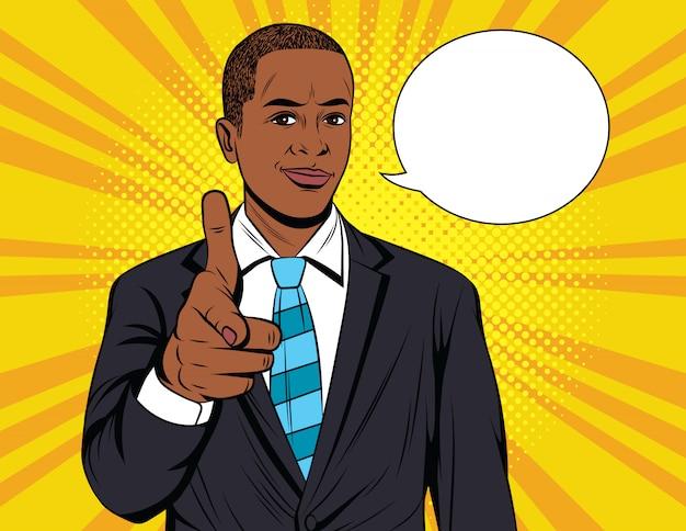 Hübscher afroamerikaner kerl im anzug zeigen richtung vorwärts