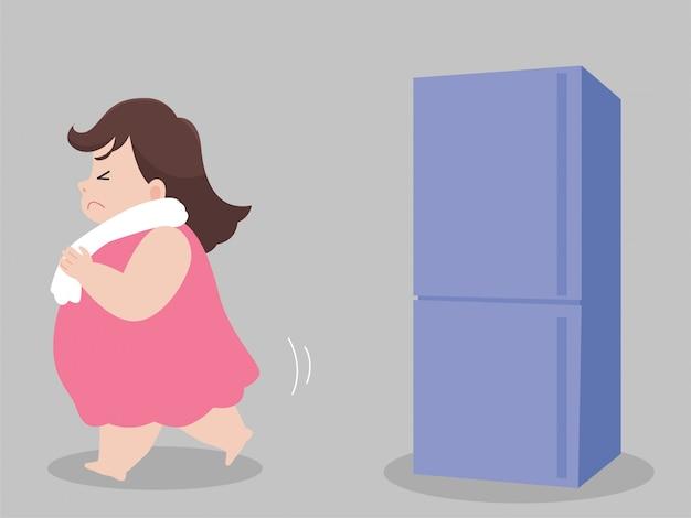 Hungrige eiscreme der großen fetten frau versuchen, das betrachten des kühlschranks nicht zu essen