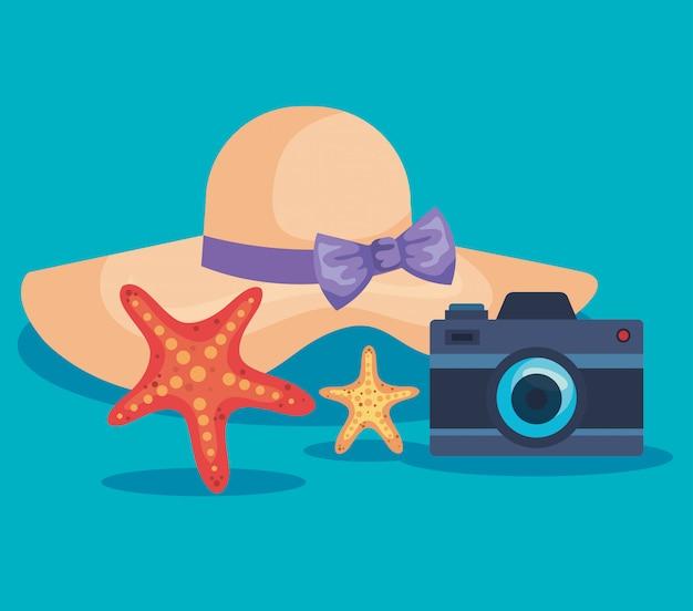 Hut mit seesternen und kamera zur sommerzeit