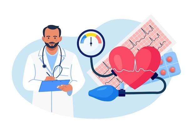 Hypertonie, hypotonie-krankheit. arzt schreibt ergebnisse der kardiologischen untersuchung. großes herz mit blutdruckmessgerät, kardiogramm, medikamente. kardiologe, der bluthochdruck bei patienten misst