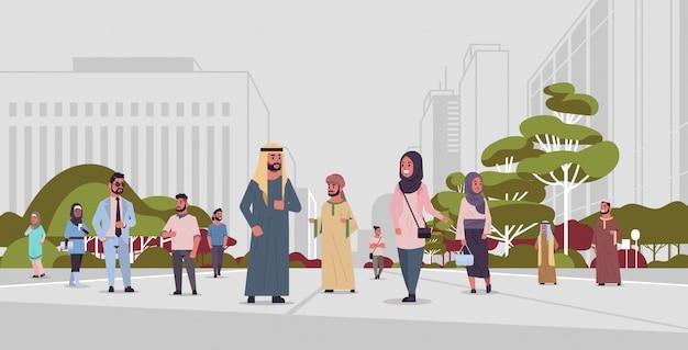 Ic menschen gehen im freien arabische geschäftsleute, die traditionelle kleidung arabische zeichentrickfiguren tragen, die spaß städtisches stadtpanorama-stadtbildhintergrund in voller länge flach horizontal tragen