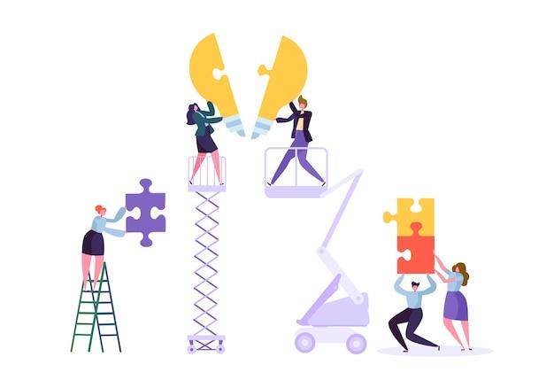Ideenfindung, teamwork, geschäftsinnovationskonzept. geschäftsmanncharakterteams arbeiten beim sammeln von puzzleteilen der glühbirne.