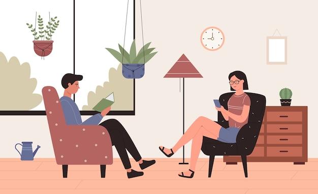 Illustration der freizeitheimaktivität. glückliche junge paarcharaktere, die in sesseln im innenraum des wohnzimmers sitzen, bücher lesen oder sich vernetzen, aktiv unter verwendung des smartphone-hintergrunds