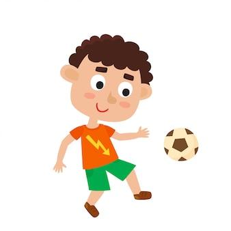 Illustration des kleinen lockigen jungen im t-shirt und in den shorts, die fußball spielen. nettes karikaturkind mit fußball lokalisiert. hübscher fußballspieler. glückliches kind.