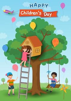 Illustration des plakatdesigns der glücklichen kinder tagesmit den kindern, die auf baumhaus und -schwingen spielen