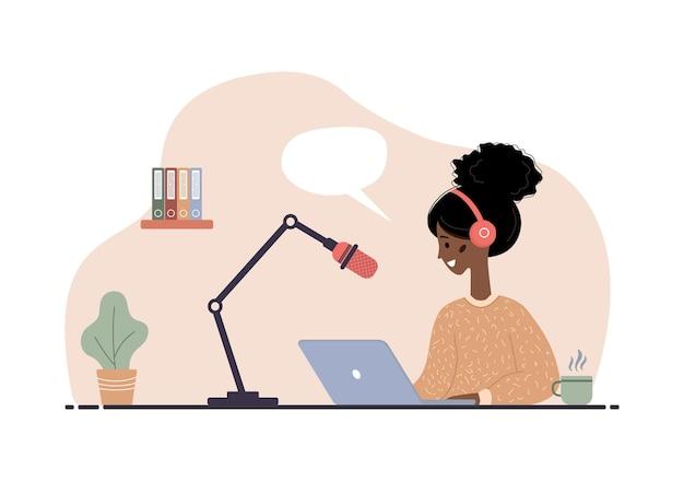 Illustration des podcasts. afrikanische frau in kopfhörern am tisch, die audioübertragung aufzeichnet.