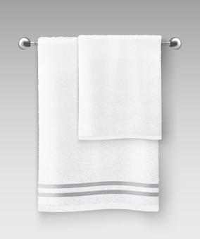Illustration des weißen sauberen frotteetuchs, das auf kleiderbügel hängt, der verwendet wird, um auf grauem hintergrund zu verwenden