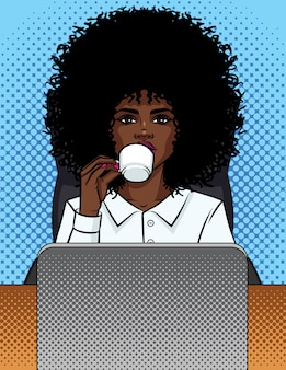 Illustration einer geschäftsfrau des comic-pop-art-stils, die in einem büro sitzt und kaffee trinkt.
