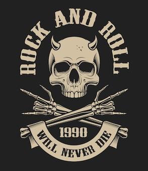 Illustration eines schädels mit hörnern und verschränkten armen auf dem thema rockenroll auf einem dunklen hintergrund. ideal für t-shirts und viele andere