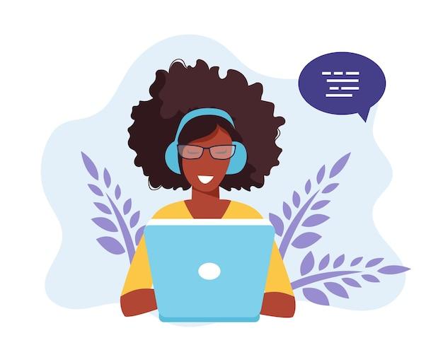 Illustration für soziale netzwerke. frau mit kopfhörern unter verwendung des laptops