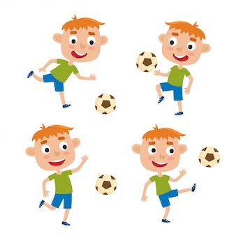 Illustration von rothaarigen kleinen jungen im hemd und im kurzen spielenden fußball, satz niedliche karikaturkinder, die fußball lokalisiert auf weißem hintergrund treten.