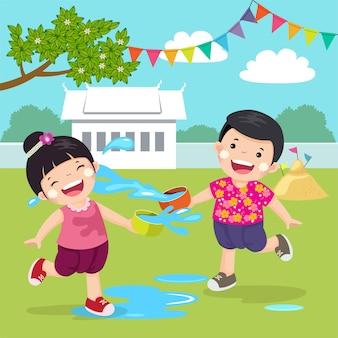 Illustration von thailändischen kindern, die wasser im songkran-festival am tempel in thailand spritzen