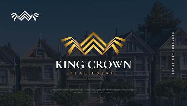 Immobilien-logo-design mit golden king crown-konzept. bau-, architektur- oder gebäudelogo-design