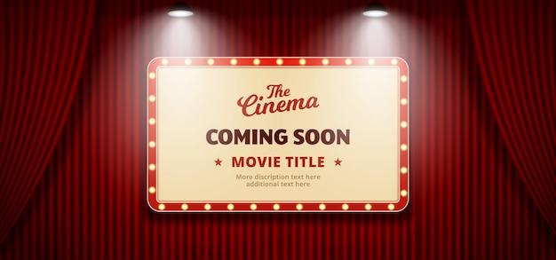 In kürze film im kinodesign. altes klassisches retro- theateranschlagtafelzeichen auf rotem theaterhauptvorhanghintergrund mit doppeltem hellem scheinwerfer