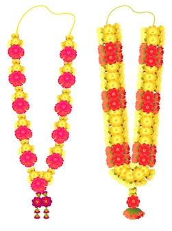 Indische blumengirlande mala für hochzeitszeremonie. traditionelle dekoration für paare