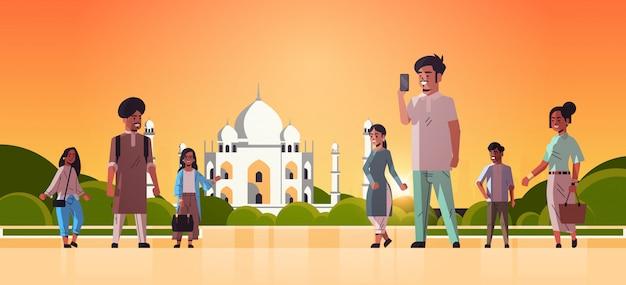 Indische männer frauen gruppe gehen im freien menschen in freizeitkleidung muslimische nabawi moschee gebäude stadtbild hintergrund horizontal flach in voller länge